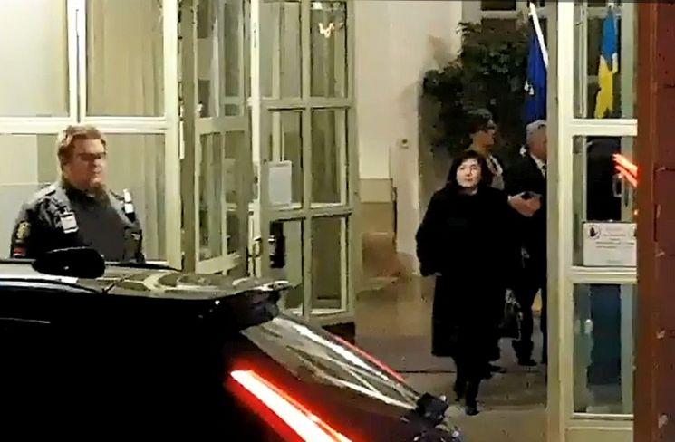 스웨덴에 도착한 최선희 북한 외무성 부상(차관)이 지난 18일(현지시간) 스웨덴 외교부를 방문, 마르코트 발스트롬 외교장관을 면담하고 나오는 모습이 카메라에 포착됐다. (사진=연합뉴스)
