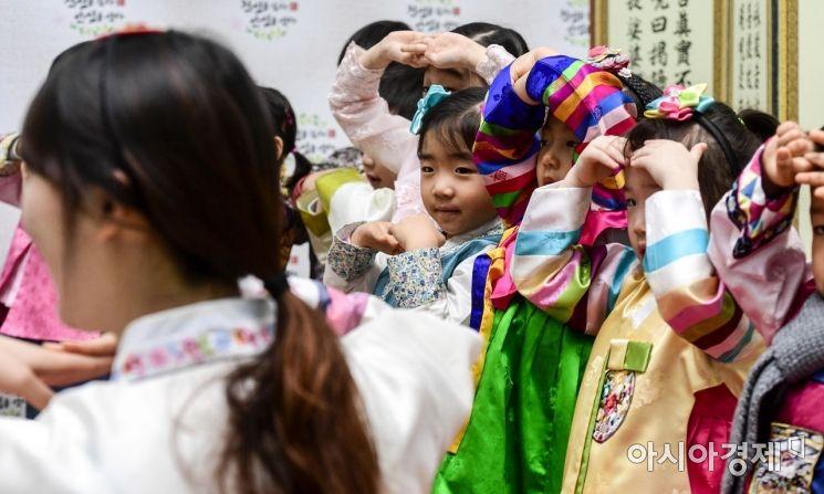 지난 1월 21일 서울 서초구 농협하나로마트 양재점에서 어린이들이 설 차례상을 앞에 두고 예절교육을 받고 있다./강진형 기자aymsdream@