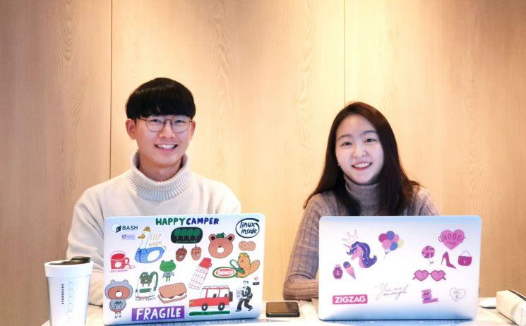크로키닷컴의 데이터팀에서 일하는 국지형(오른쪽) 사원과 개발팀에 속해 있는 조수근 사원이 활짝 미소짓고 있다.