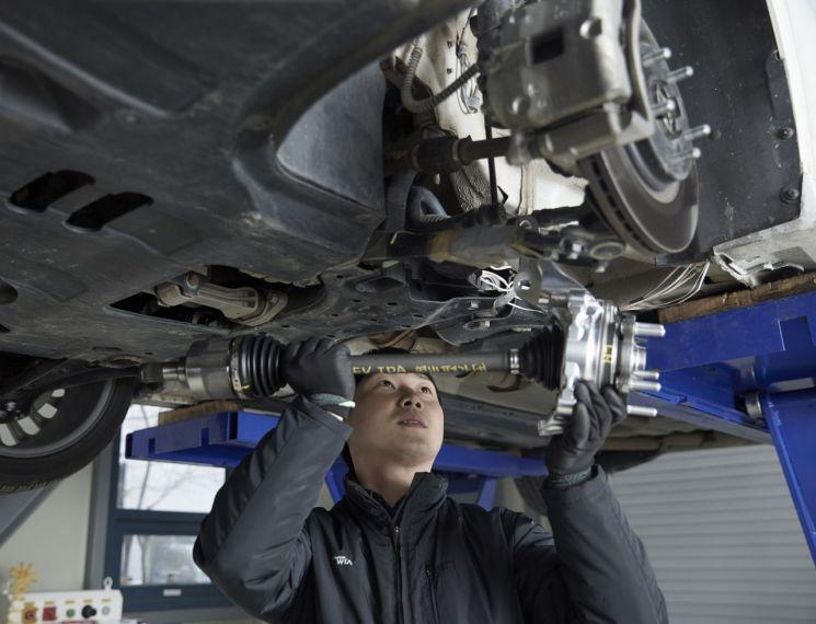 현대위아의 한 연구원이 22일 경기도 소재 의왕연구소에서 '기능통합형 드라이브 액슬(IDA)'을 시험하고 있다. IDA는 세계 최초로 '드라이브 샤프트'와 '휠 베어링'을 하나로 통합한 제품이다.