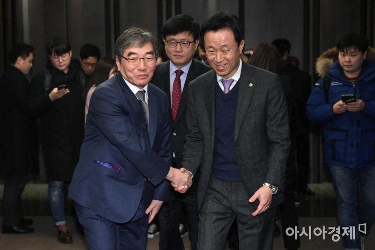 [포토] 인사하는 윤석헌 금감원장과 김덕수 회장