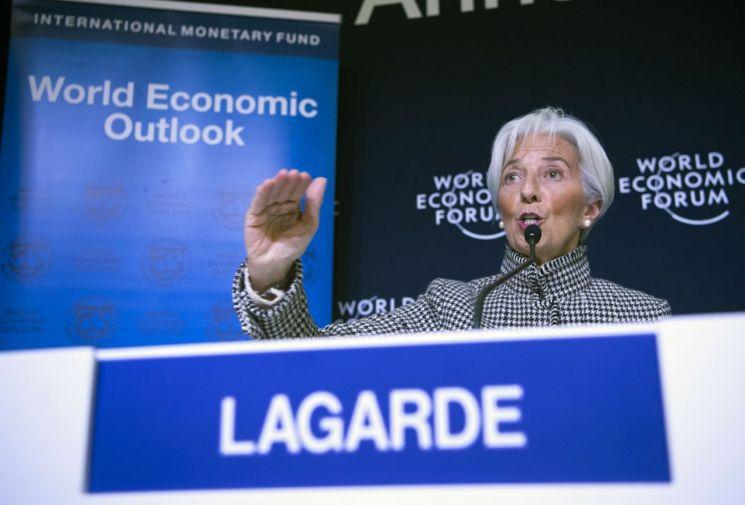 21일(현지시간) 스위스 다보스에서 크리스틴 라가르드 국제통화기금(IMF) 총재가 세계 경제전망을 발표하고 있다. [이미지출처=EPA연합뉴스]