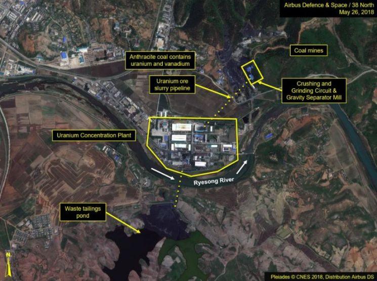 북한이 황해북도 평산에 있는 우라늄 광산시설을 계속 가동하고 있는 것으로 보인다고 북한 전문 웹사이트인 38노스가 지난 2일 밝혔다.      38노스는 2016년과 최근 각각 촬영한 상업용 위성사진을 비교·분석한 결과 평산 우라늄 광산 및 정광 공장에서 활동이 계속되고 있음을 암시하는 변화가 포착됐다고 밝혔다. [이미지출처=연합뉴스]