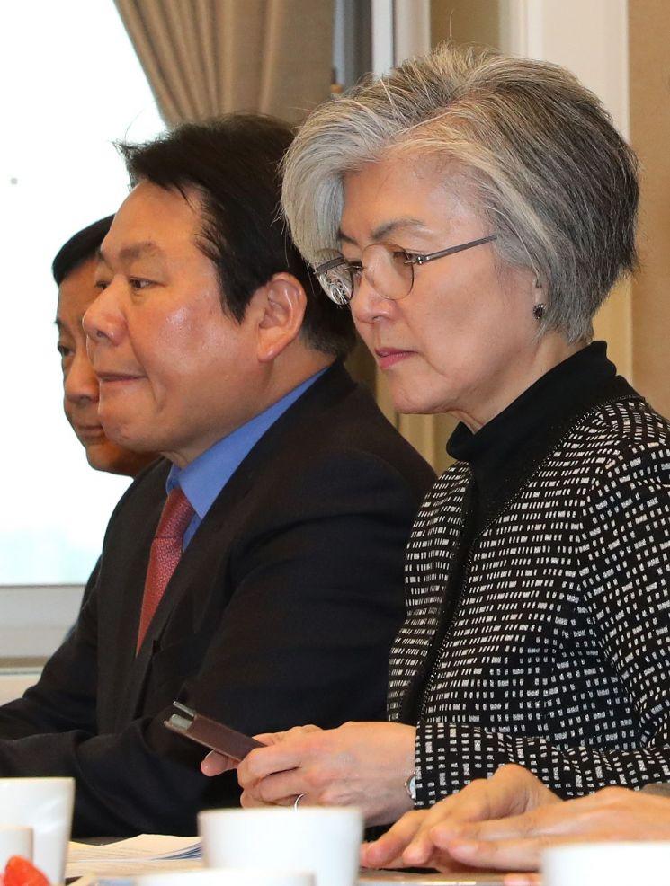 강경화 외교부 장관(오른쪽)이 21일 오후 국회에서 열린 외교통일위원회 위원들과의 방위비 관련 간담회에 참석해 자리하고 있다 [이미지출처=연합뉴스]