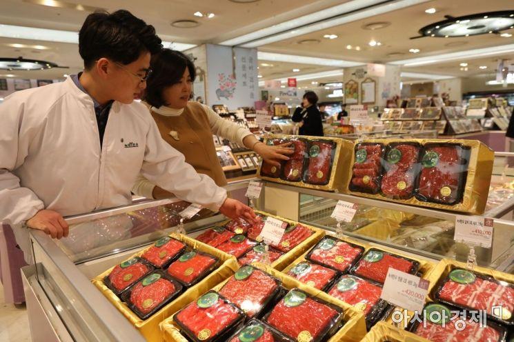 롯데백화점 광주점 지하1층 명절 선물세트 정육코너에서 고객이 상품을 살펴보고 있다.