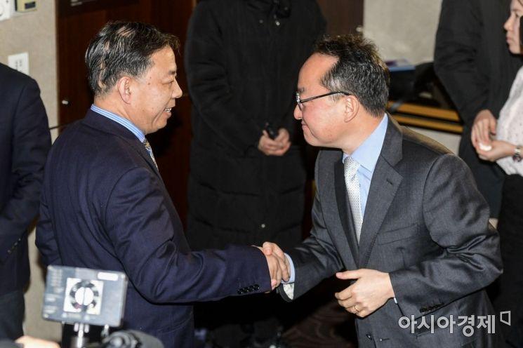 [포토]악수하는 한중 기후 정책 담당 국장