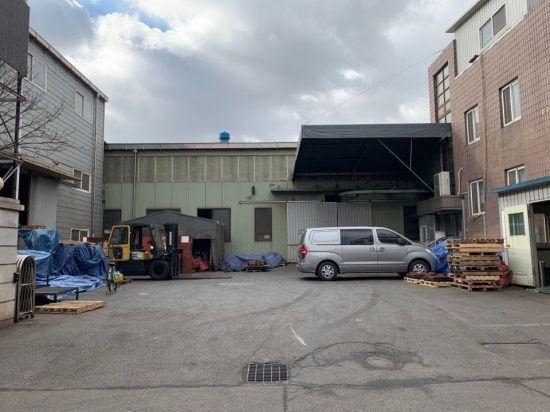 인천 남동산단의 한 공장 풍경. 작업장 문이 굳게 닫혀있고 사람도 보이지 않아 을씨년스러운 인상을 풍긴다.