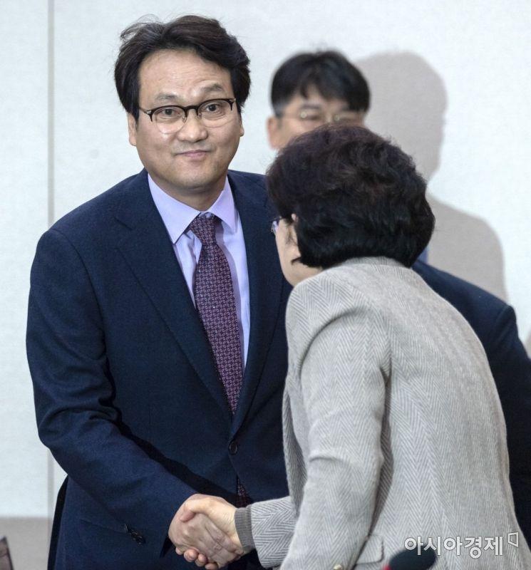 [포토] 인사 나누는 안민석 위원장-박인순 간사