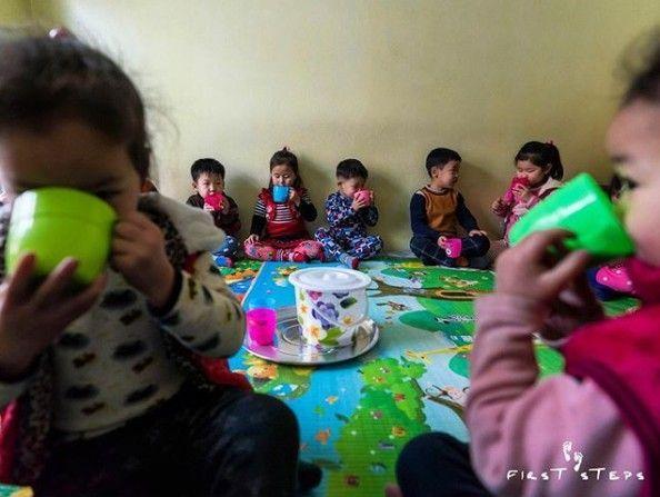 북한 강원도 원산에 있는 한 탁아소에서 아이들이 캐나다 민간 대북 지원 단체 퍼스트스텝스가 지원한 두유를 마시고 있다(사진=퍼스트스텝스).