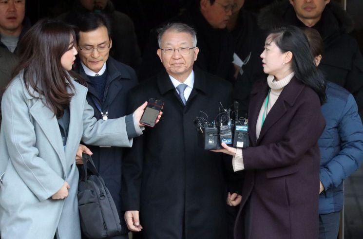 사법행정권을 남용한 혐의를 받는 양승태 전 대법원장이 지난달 23일 서울 중앙지법에서 열린 구속 전 피의자 심문(영장실질심사)을 마친 뒤 밖으로 나서고 있다. [이미지출처=연합뉴스]