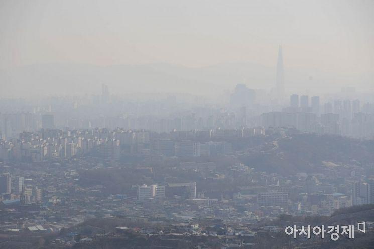 미세먼지 농도가 보통 수준을 보인 24일 서울 북악산에서 바라본 도심이 뿌옇다. /문호남 기자 munonam@
