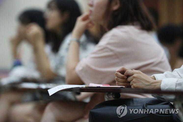 지난해 8월17일 오후 서울 성동구청에서 열린 '2018 Cheer up 취업 페스티벌'에 참여한 청년들이 청춘 JOB콘서트를 듣고 있다. / 사진=연합뉴스