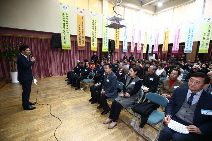 이승로 성북구청장이 지난 23일 장위1동 주민센터에서 개최된 신년인사회에서 주민들에게 인사하고 있다.