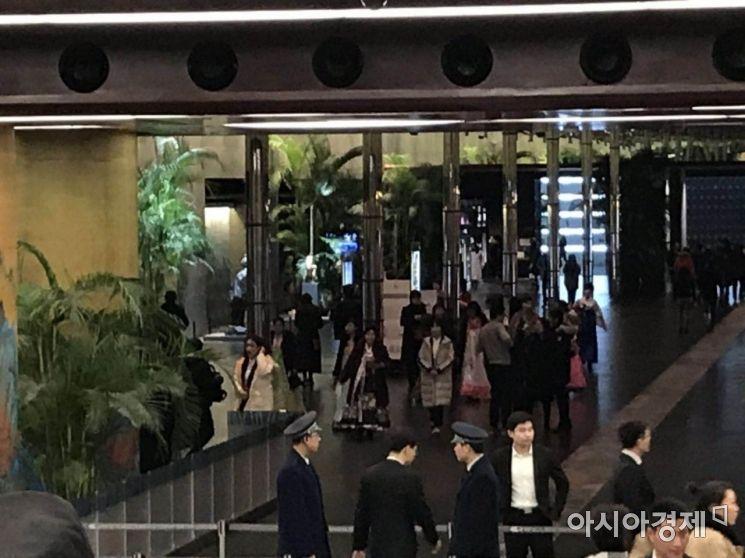 한복을 입은 여성들이  26일 저녁 북한 친선 예술단의 공연이 있는 베이징 국가대극원 안 로비를 걸어가고 있다.