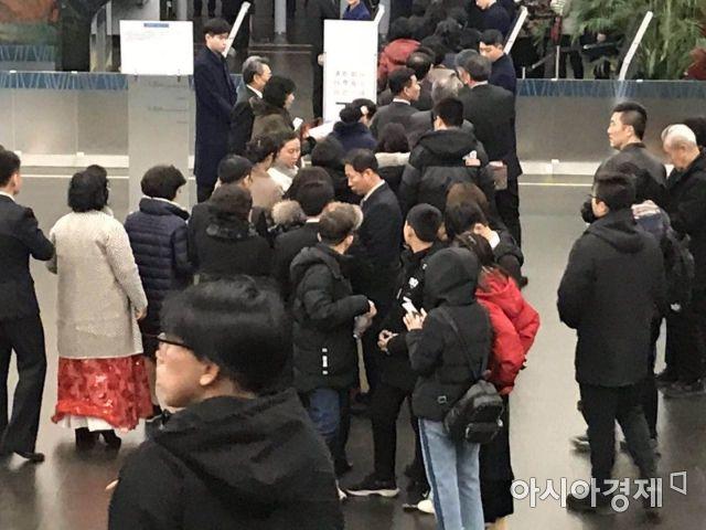 26일 저녁 북한과 중국 관람객들이 베이징 국가대극원에서 북한 예술단의 공연을 보기 위해  입장을 기다리고 있다.