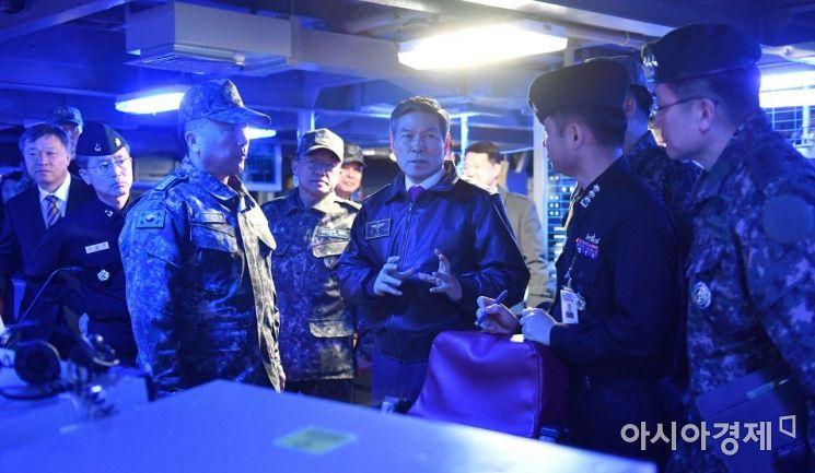 정경두 국방부 장관은 26일 부산 해군작전사령부를 찾아 최근 일본 해상초계기의 위협비행과 관련해 우리 군의 대비태세를 점검하고 도발시 강력하게 대응할 것을 지시했다. (사진=국방부)