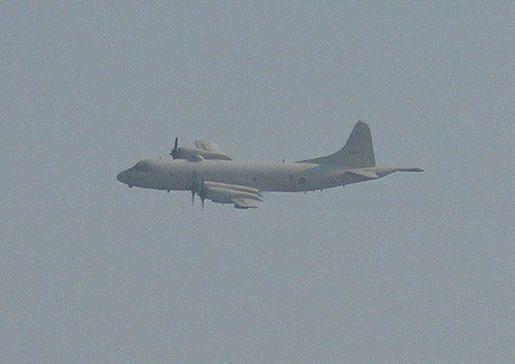 일본 초계기가 고도 약 60m로 비행하면서 해군 대조영함 우현을 통과하고 있다. (사진=국방부)