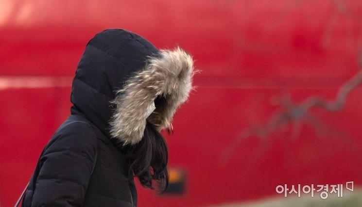 아침 체감기온이 영하 10도까지 내려가는 등 한파가 지속된 27일 서울 청계광장을 찾은 외국인 관광객들이 매세운 추위에 몸을 웅크리고 있다./윤동주 기자 doso7@