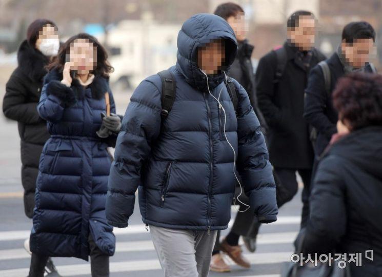 28일 서울 광화문에서 두꺼운 옷을 입은 시민들이 출근길 발걸음을 옮기고 있다. 기상청은 오전까지 기온은 평년보다 높겠으나, 오후에 다시 찬 공기가 유입되면서 중부 내륙을 중심으로 기온이 영하 10도 이하로 떨어질 것으로 예상했다. /문호남 기자 munonam@