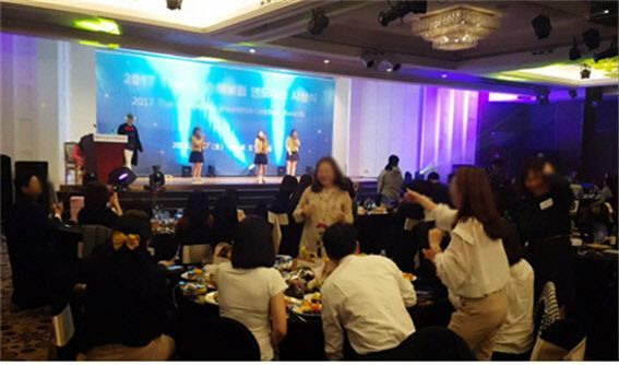 서울공연예술고 학생들이 한 보험회사 주최 행사에서 교복을 입고 공연을 하고 있다. (사진: 더불어민주당 박용진 국회의원실 제공)