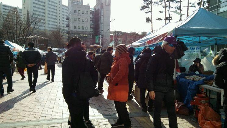 마포구청 광장서 설맞이 직거래장터 개최