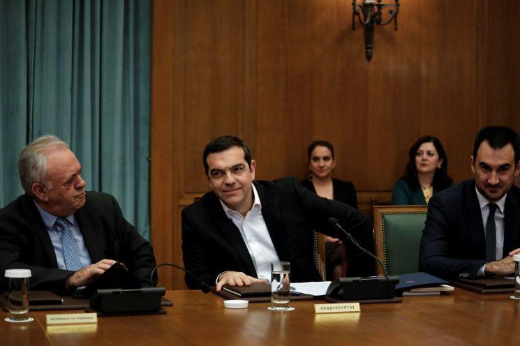 28일(현지시간) 그리스 아테네 의회에서 열린 내각 회의에 참석한 알렉시스 치프라스 총리(가운데)와 관계자들의 모습 [이미지출처=로이터연합뉴스]