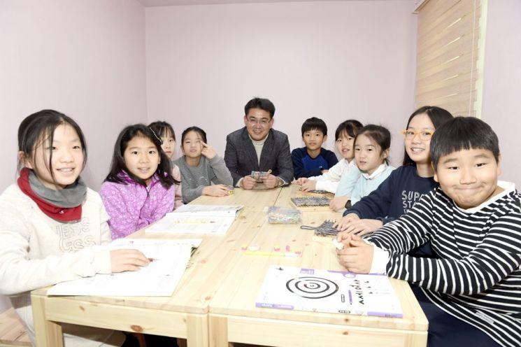 오승록 노원구청장이 아이휴센터 2호점에서 아이들과 함께 시간을 보내고 있다.