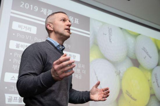 매트 호그 타이틀리스트 골프볼 R&D팀 이사가 2019년형 프로v1과 프로v1x에 대해 자세하게 설명하고 있다.