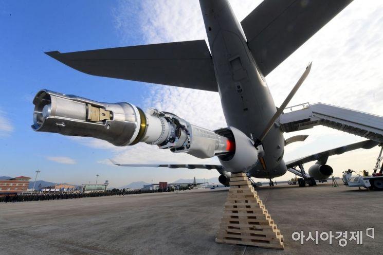 30일 공군 김해기지에서 열린 KC-330 공중급유기 전력화 행사에서 공개된 KC-330의 급유부분. /사진공동취재단