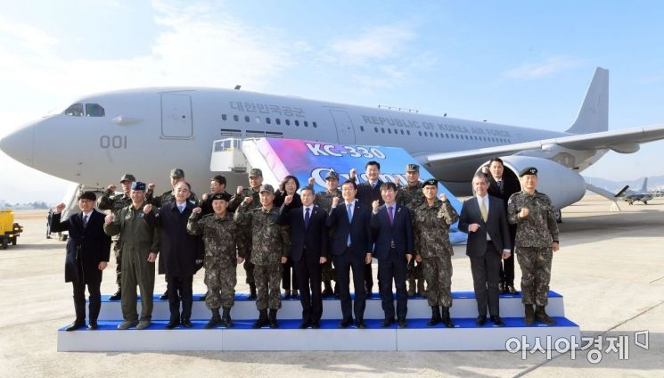 지난 1월30일 공군 김해기지에서 열린 KC-330 공중급유기 전력화 행사에서 정경두 국방장관을 비롯한 내외빈이 KC-330 앞에서 기념촬영을 하고 있다. [사진공동취재단]