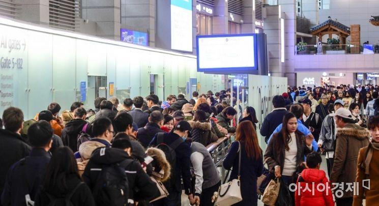 본격 설 연휴를 이틀 앞둔 31일 인천국제공항 제1여객터미널에서 해외여행을 즐기기 위한 여행객들로 붐비고 있다./영종도=강진형 기자aymsdream@