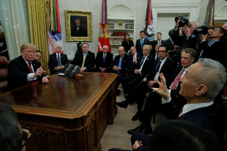 도널드 트럼프 미 대통령이 지난달 31일 백악관에서 류허 중국 부총리와 만났다. 사진 출처=로이터 연합뉴스