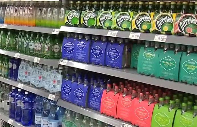 시중에 판매하는 탄산수 가운데 각종 향이 첨가된 제품은 탄산수가 아닌 탄산음료라고 하는 것이 맞습니다. [사진=유튜브 화면캡처]