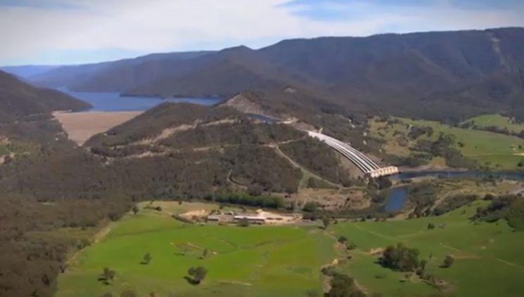 호주 스노위강의 물줄기를 바꾸는 거대한 프로젝트인 '스노위 마운틴 프로젝트'의 일환으로 건설된 양수발전댐. [사진=유튜브 화면캡처]