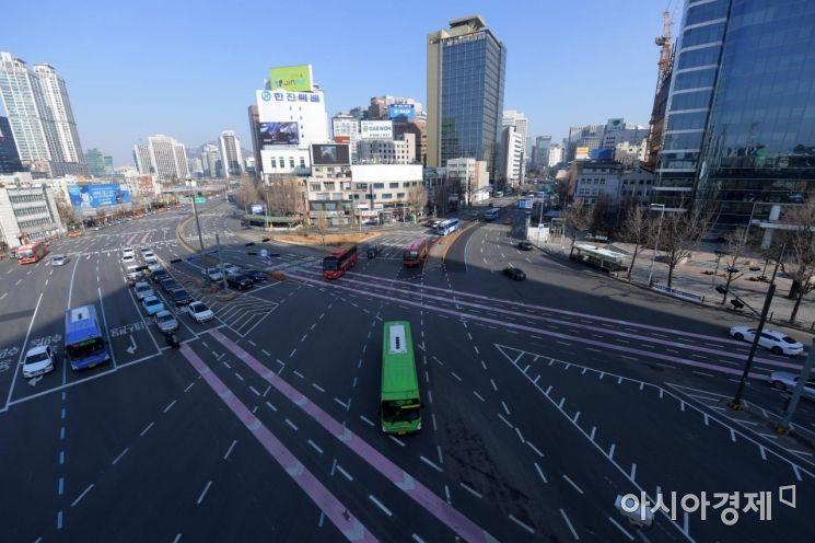 설 연휴 사흘째인 4일 서울역 인근 도로가 평소보다 한산한 모습을 보이고 있다. /문호남 기자 munonam@