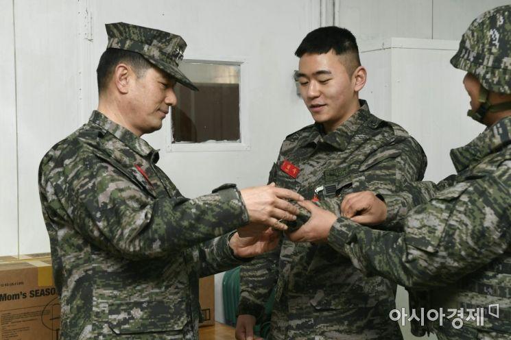 전진구 해병대사령관이 5일 설날을 맞아 서해 최전방 말도를 방문해 장병에게 손목시계를 수여하고 있다. (사진=해병대)