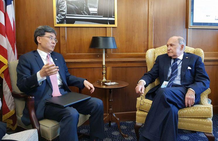 김현종 본부장(왼쪽)이 래리 커들로 백악관 국가경제위원장에게 자동차 232조 조치 관련 협조 요청을 하고 있다.
