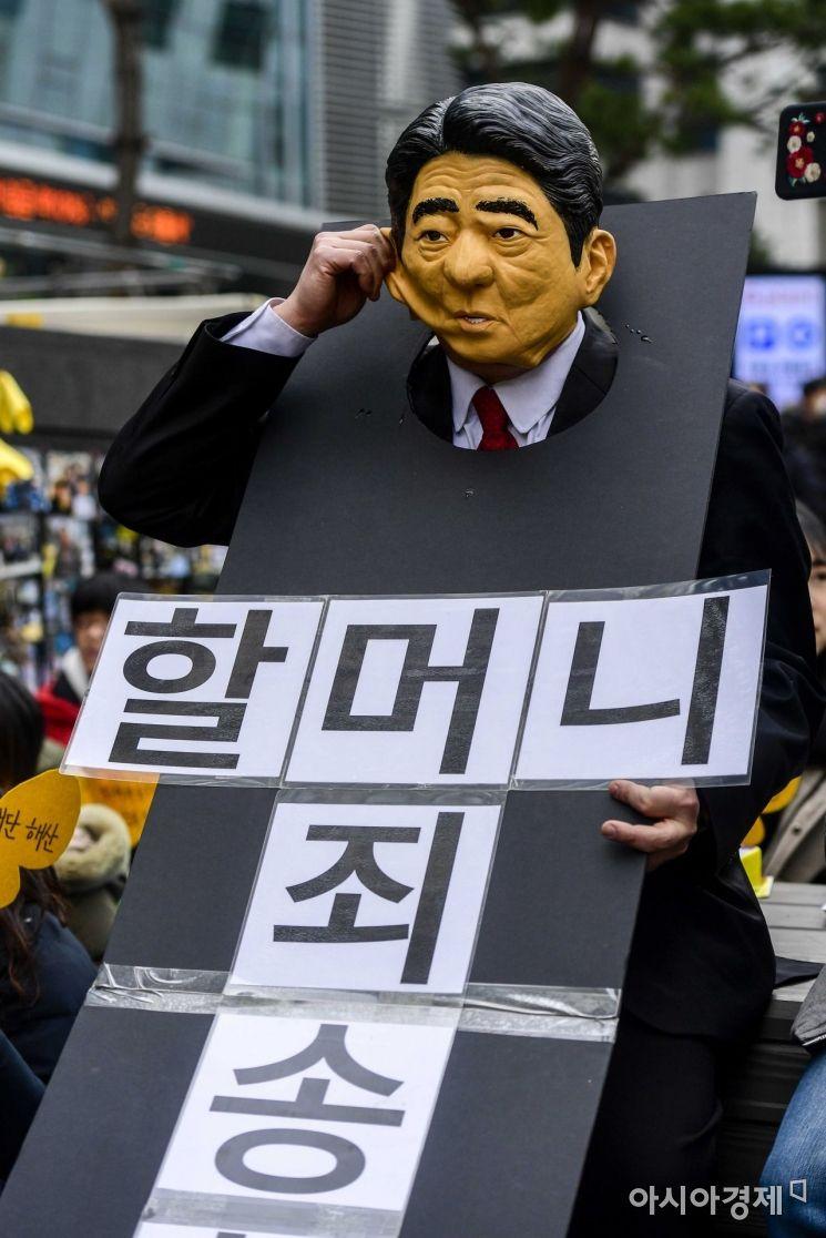 [포토]아베 신조 가면쓴 '정기수요시위' 참가자