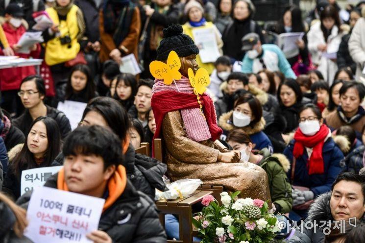 [포토]설 연휴에도 '정기수요시위' 모인 시민들