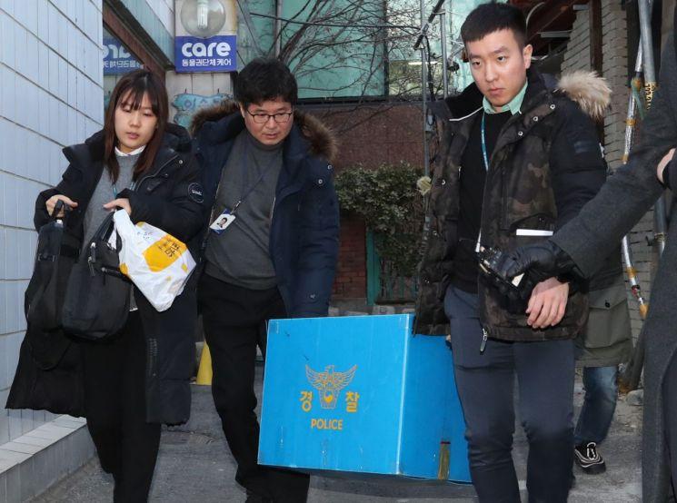 경찰이 무분별한 동물 안락사 논란과 관련 31일 오후 서울 종로구 동물권단체 케어 사무실을 압수수색을 한 뒤 압수품을 옮기고 있다. (사진=연합뉴스)