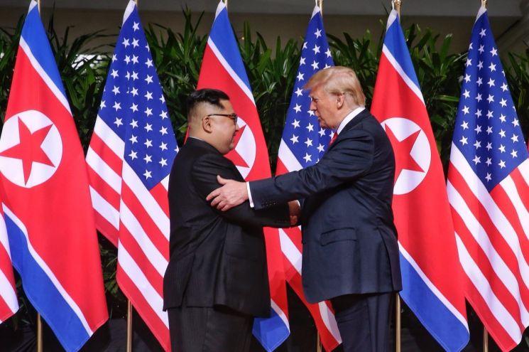 지난 2018년 6월 12일 싱가포르에서 열린 북·미정상회담서 악수하는 트럼프 미국 대통령과 김정은 북한 국무위원장 <사진=연합뉴스>