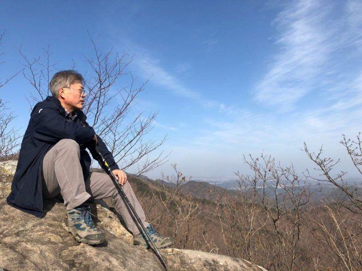 문재인 대통령이 지난 4일 경남 양산 자택 뒷산에 올라 생각에 잠겨 있다. (사진=청와대)