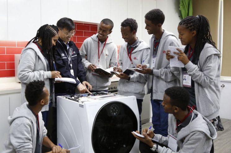 LG전자가 이달 3일(현지시간)부터 8일까지 에티오피아에 있는 'LG-KOICA 희망직업훈련학교'의 우수학생 7명을 두바이에 위치한 중동아프리카서비스법인에 초청해 해외 연수 기회를 제공하고 있다. 7일 학생들이 LG 시그니처 세탁기를 수리하는 방법에 대해 설명을 듣고 있다.(사진=LG전자)