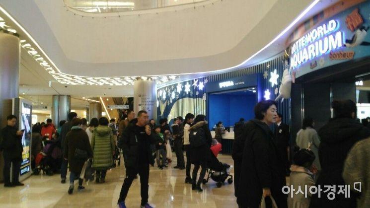6일 오후 서울 송파구 롯데월드몰 지하 1층에 위치한 롯데월드 아쿠리아리움 입구. 설 연휴를 맞아 쇼핑과 식사, 볼거리를 위해 방문한 사람들로 북새통을 이뤘다.