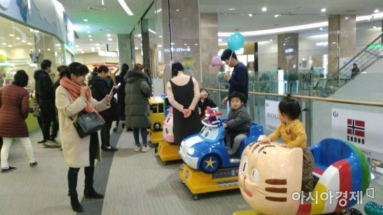 5일 오후 롯데몰 김포공항점 지하1층 키즈카페 앞. 설 당일 대부분의 백화점이 휴점한 가운데 이날 문을 연 롯데몰 김포공항점은 발디딜틈 없이 복잡했다.