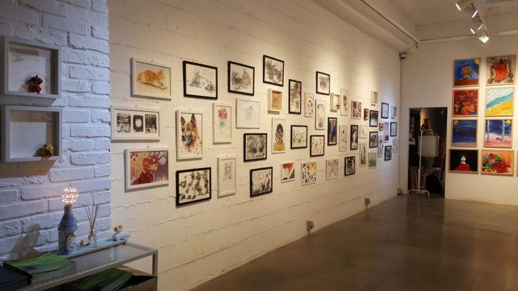 광주교육대학교 영재교육원 미술영재반이 올 한 해 동안 제작한 작품이 서울 압구정동 O갤러리에 전시된 모습. 사진=갤러리 오 제공