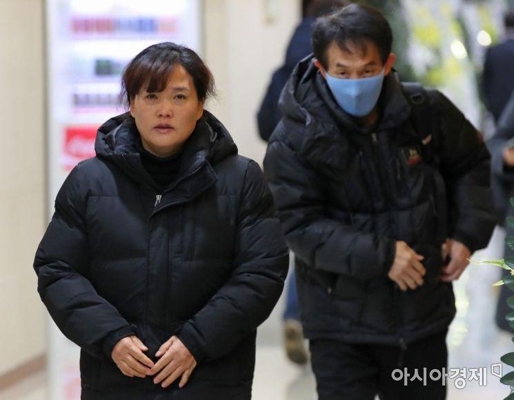 [포토] 고 김용균 씨 빈소 향하는 어머니와 아버지