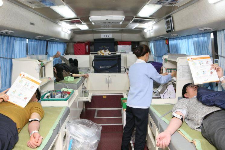 전남지방우정청 직원들이 지난 1일 광주전남혈액원 헌혈차량에서 '사랑의 헌혈 운동'을 하고 있다. 사진=광주지방우정청