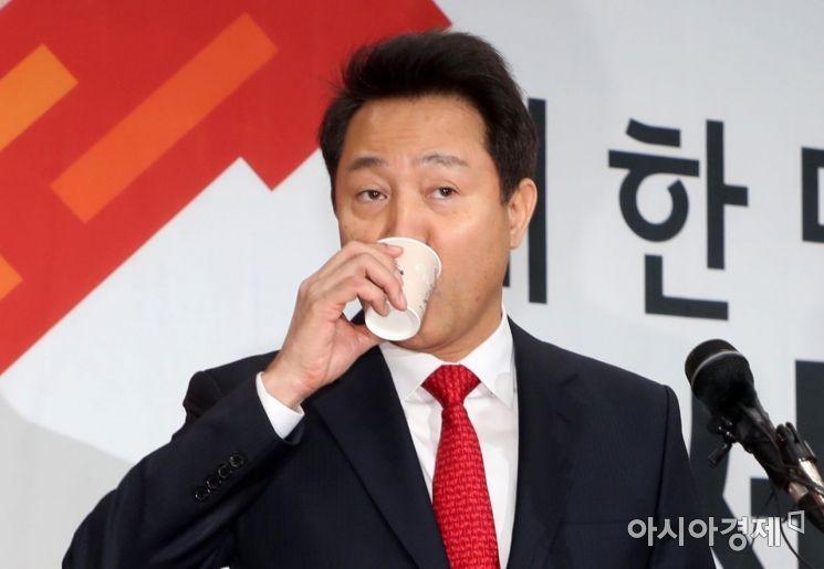 [포토] 당 대표 출마선언, 물 마시는 오세훈