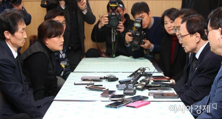 [포토] 김용균 씨 유가족과 면담하는 이해찬 대표